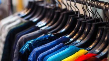 Nahaufnahme von Hemden auf Kleiderbügeln foto