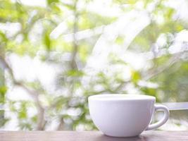 Kaffeetasse auf dem Tisch draußen
