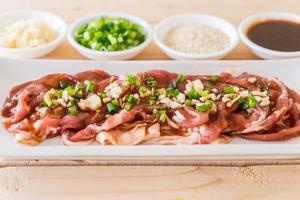 frisches Schweinefleisch in Scheiben geschnitten foto