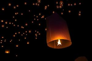 beleuchtete Feuerlaternen foto