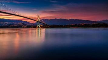 Langzeitbelichtung der Brücke bei Sonnenuntergang foto