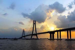 Brücke über Gewässer während des Sonnenuntergangs foto