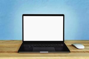 Laptop-Computer mit leerem weißen Bildschirm auf dem Tisch