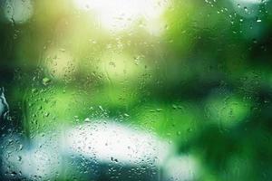 Wassertropfen auf klarem Glas