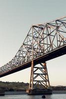 Stahlbrücke bei Sonnenuntergang foto