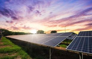 Solarpanel-Zelle auf dramatischem Sonnenuntergangshimmelhintergrund