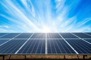 Solarpanel auf blauem Himmel Hintergrund
