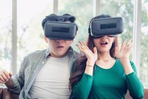 junges Paar, das Video über virtuelle Realität ansieht foto