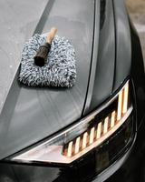ein Auto bürsten