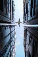 Flugzeug fliegt über Lagerbehälter