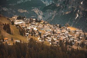 Luftaufnahme über Dorf der Stadt Murren von der Seilbahn, Schweiz.