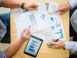 zwei Geschäftsleute, die Steuern berechnen