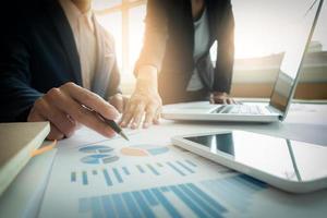 zwei Kollegen diskutieren neuen Finanzplan