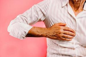 Frau ruht Handfläche auf der Brust foto
