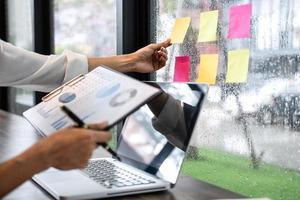 Unternehmer greift nach Haftnotiz Papier Erinnerung foto
