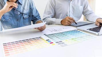 Team von Grafikdesignern zeichnen