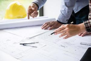 Bauarchitekten diskutieren eine Blaupause