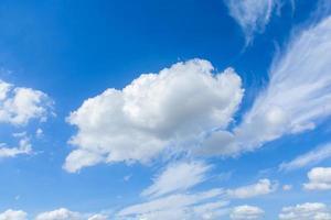 Cirrus- und Cumuluswolken