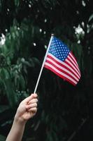 Frauenhand, die USA-Flagge hält foto