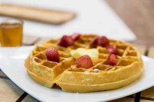 Butterwaffel mit Honig und Erdbeere foto