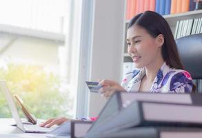Geschäftsfrau, die Online-Kauf macht foto