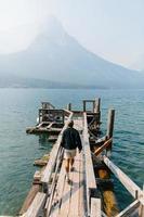 Mann, der auf Dock im Gletschernationalpark geht foto