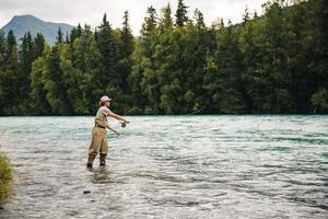 Mann Fliegenfischen in Alaska