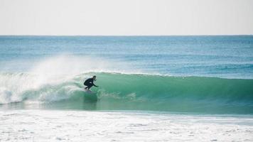 Mann, der auf klarer Welle surft