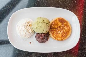 Grüntee-Eis mit Pfannkuchen