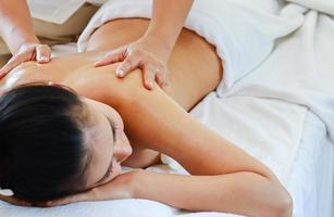 Frau erhält Rückenmassage foto