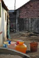 bunte tamilische Wasserkrüge aus Kunststoff foto