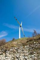 einzelne Windkraftanlage foto