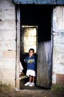 Porträt des Jungen im Haus, ländlicher Transkei foto