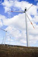 Windkraftanlagen mit einem Hintergrund von weißen Wolken