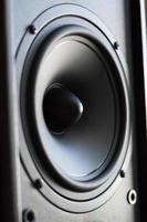 leistungsstarkes Audiosystem. Nahaufnahme des schwarzen Bassleistungslautsprechers foto