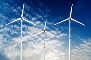 grünes erneuerbares Energiekonzept - Windgeneratorturbinen am Himmel foto