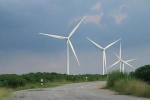 grüne Wiese mit Windkraftanlagen, die Strom erzeugen