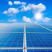 Solarpanel gegen blauen Himmel foto