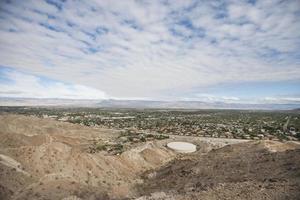 Blick auf die Landschaft mit bewölktem Himmel foto