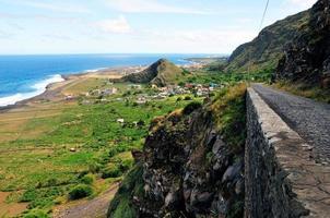 Straße auf der Klippe über Mosteiros foto