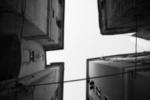 vier Gebäude mit kleinen Straßen dazwischen