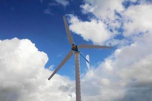 Windmühlenturbine am blauen Himmel.