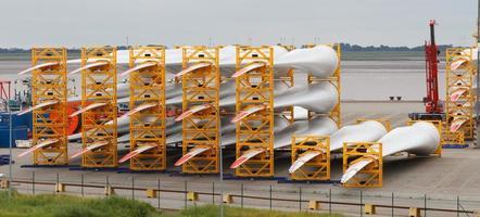 viele Rotorblätter für riesige Windkraftanlagen im Hafen