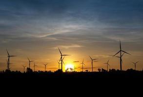 Windkraftanlage in der Dämmerung