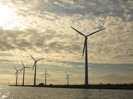 Windkraftanlagen Stromerzeugerfarm im Meer foto