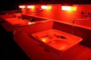 eine Nahaufnahme von Waschbecken in einer Dunkelkammer foto