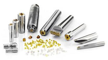 Werkzeuge aus synthetischen und natürlichen Diamanten, die in verschiedenen Metallteilen befestigt sind