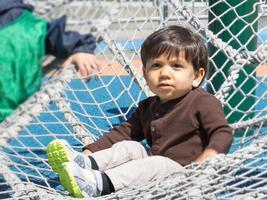 kleines Kind, das Energie auf Spielplatz verbraucht
