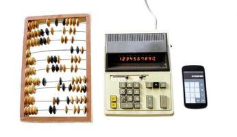 Entwicklung der Berechnung Abakus Vintage Rechner und moderne ga foto