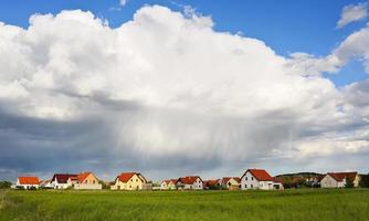 Dichte Regenwolken über dem Dorf foto